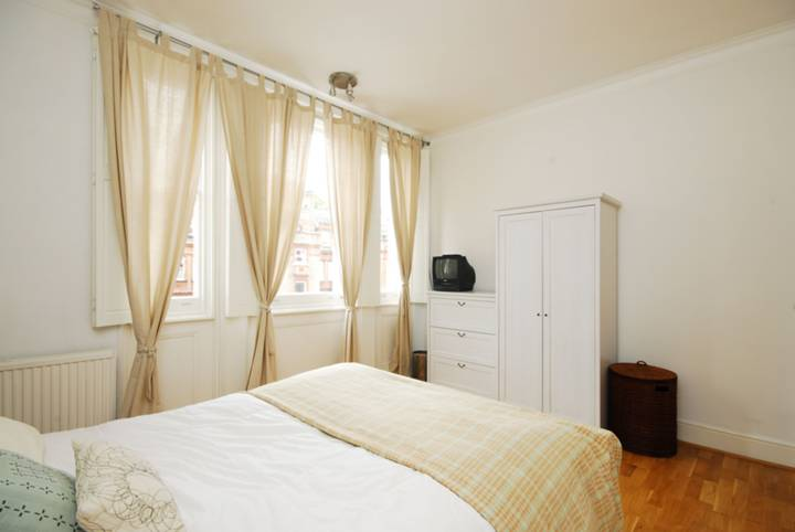 <b>Master Bedroom</b><span class='dims'> 13'9 x 11'4 (4.19 x 3.45m)</span>