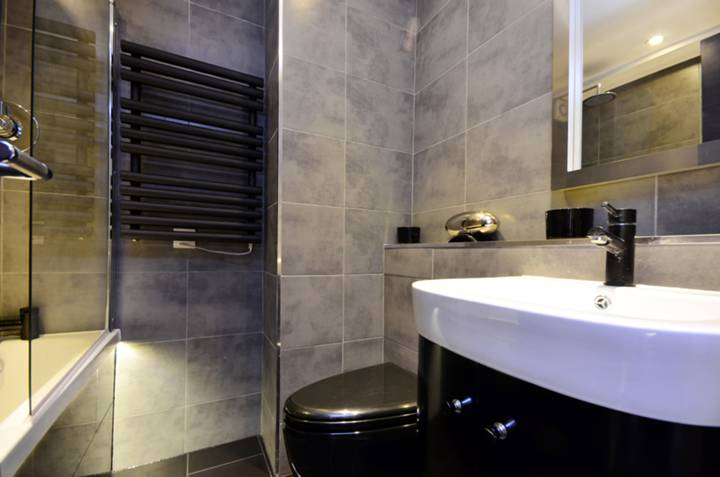 <b>Bathroom</b><span class='dims'> 6'4 x 5'5 (1.93 x 1.65m)</span>