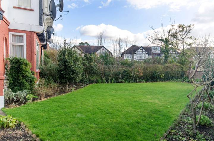 <b>Front Garden</b><span class='dims'></span>