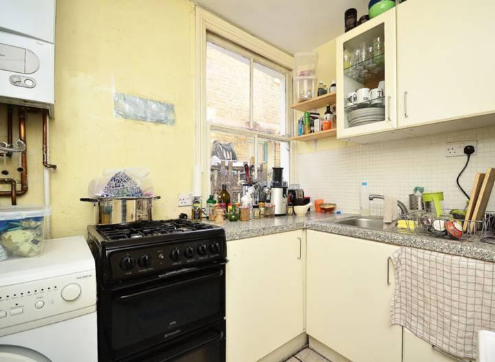 <b>Kitchen</b><span class='dims'> 8' x 7'6 (2.44 x 2.29m)</span>