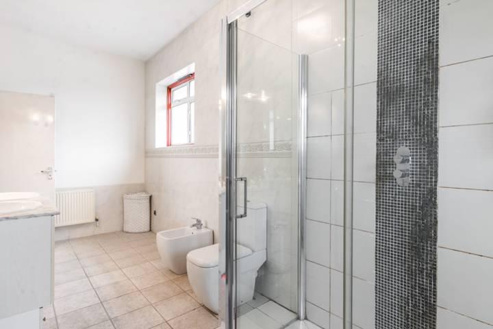 <b>First En Suite Shower Room</b><span class='dims'></span>