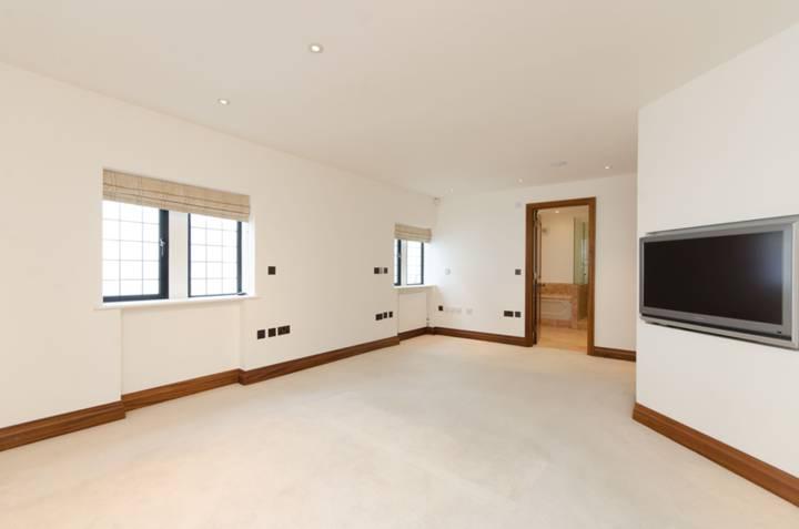 <b>Master Bedroom</b><span class='dims'> 29&#39;9 x 19&#39;3 (9.07 x 5.87m)</span>