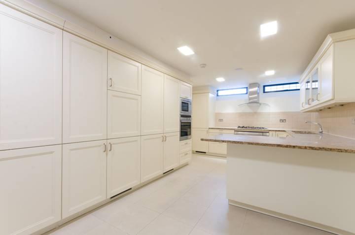 <b>Kitchen</b><span class='dims'> 22&#39;4 x 11&#39; (6.81 x 3.35m)</span>