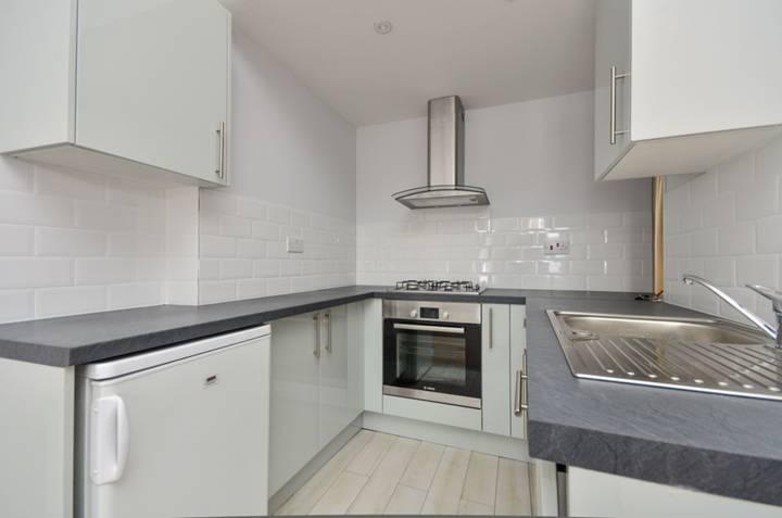 <b>Kitchen</b><span class='dims'> 7' x 7' (2.13 x 2.13m)</span>