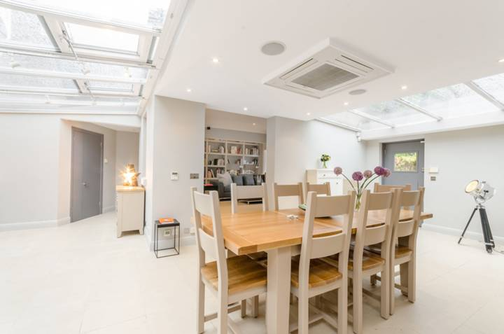 <b>Kitchen/Dining Room</b><span class='dims'></span>