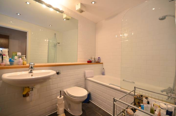 <b>Bathroom</b><span class='dims'> 7&#39;7 x 6&#39;6 (2.31 x 1.98m)</span>