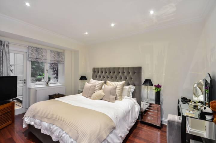 <b>Master Bedroom</b><span class='dims'> 15 x 12 (4.57 x 3.66m)</span>