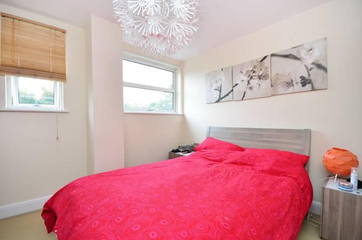 <b>Master Bedroom</b><span class='dims'> 11'1 x 10' (3.38 x 3.05m)</span>