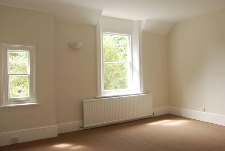 <b>Master Bedroom</b><span class='dims'> 14&#39;9 x 12&#39;6 (4.50 x 3.81m)</span>