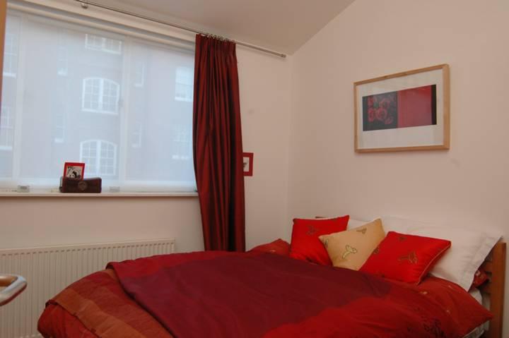 <b>Bedroom</b><span class='dims'> 12'6 x 8'6 (3.81 x 2.59m)</span>