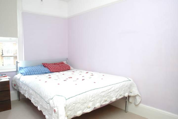 <b>Bedroom</b><span class='dims'> 12'2 x 7' (3.71 x 2.13m)</span>