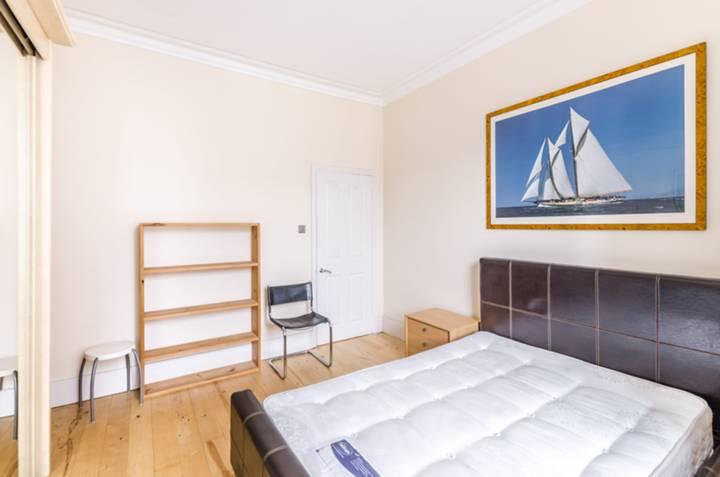 <b>Bedroom</b><span class='dims'> 13' x 12'6 (3.96 x 3.81m)</span>