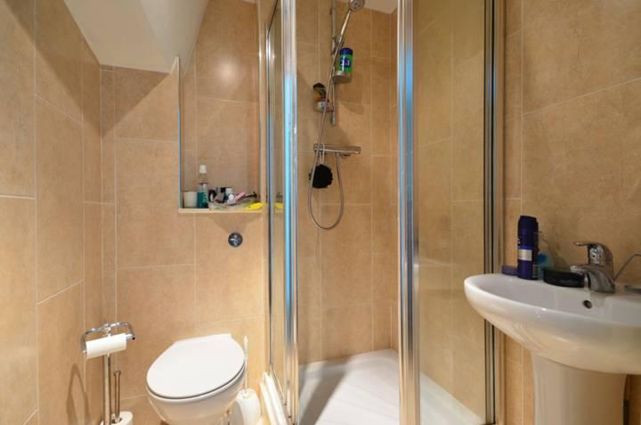 <b>En Suite Shower Room</b><span class='dims'> 5&#39; x 5&#39; (1.52 x 1.52m)</span>