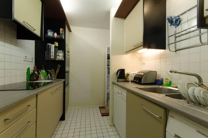 <b>Kitchen</b><span class='dims'> 11&#39;11 x 7&#39;2 (3.63 x 2.18m)</span>