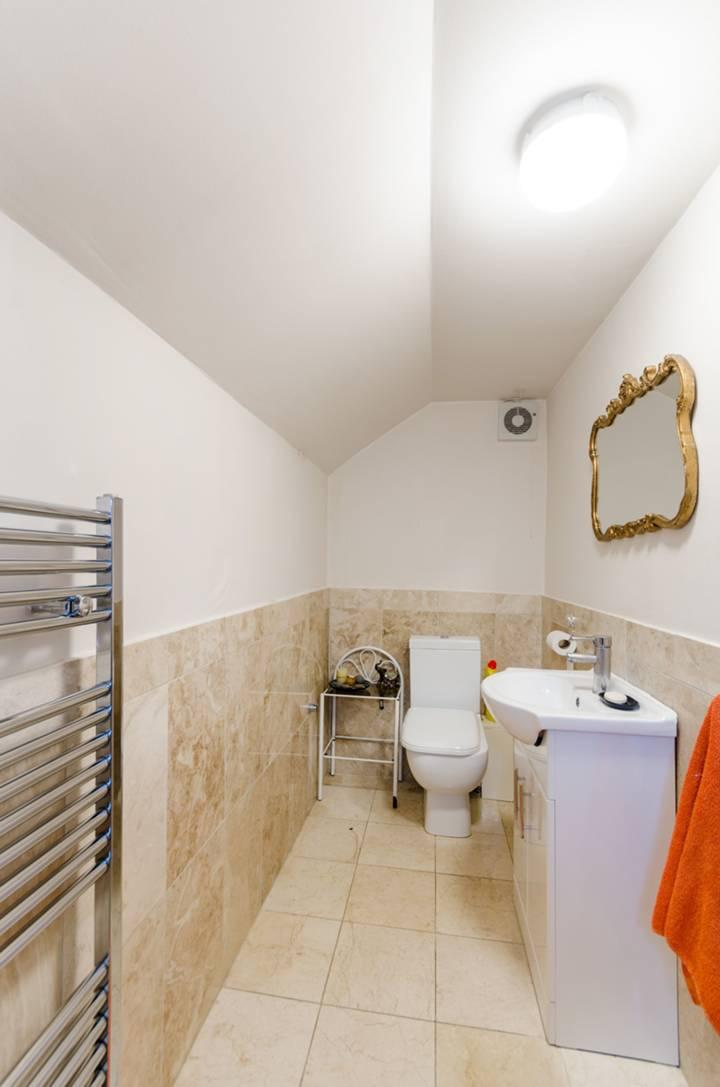 <b>Guest Cloakroom</b><span class='dims'></span>