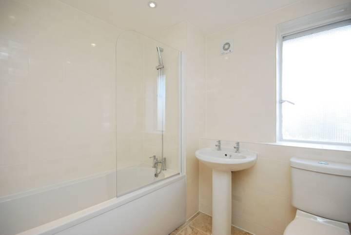<b>Bathroom</b><span class='dims'> 7&#39;8 x 7&#39; (2.34 x 2.13m)</span>