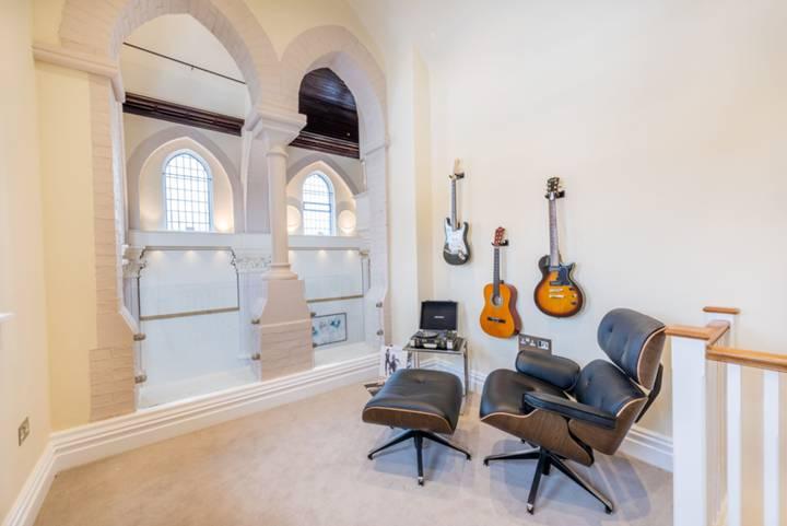 <b>Music room</b><span class='dims'></span>