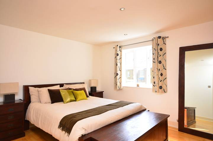 <b>Bedroom</b><span class='dims'> 14&#39; x 10&#39;9 (4.27 x 3.28m)</span>