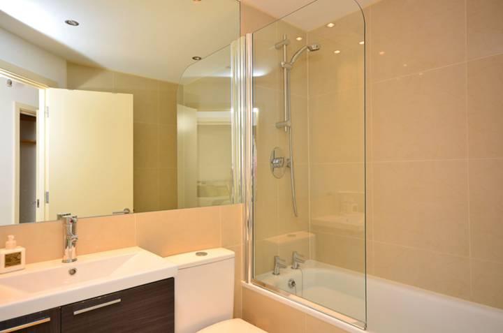 <b>Bathroom</b><span class='dims'> 7&#39;3 x 6&#39; (2.21 x 1.83m)</span>
