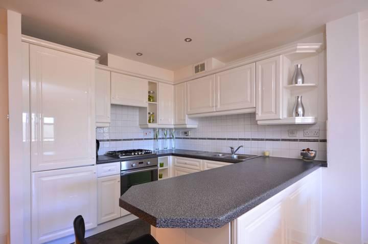 <b>Reception Room/Kitchen</b><span class='dims'> 24&#39;4 x 12&#39; (7.42 x 3.66m)</span>