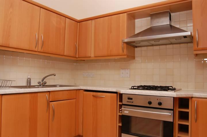 <b>Kitchen</b><span class='dims'> 11' x 6' (3.35 x 1.83m)</span>