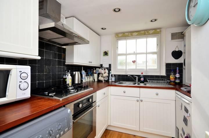 <b>Kitchen</b><span class='dims'> 9'6 x 8' (2.90 x 2.44m)</span>