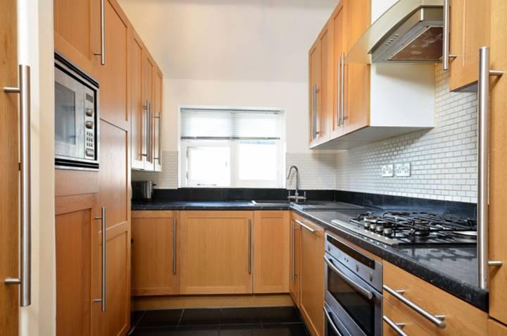 <b>Kitchen</b><span class='dims'> 10'4 x 6'11 (3.15 x 2.11m)</span>