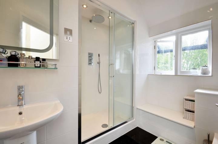 <b>Shower Room</b><span class='dims'> 8'7 x 5' (2.62 x 1.52m)</span>