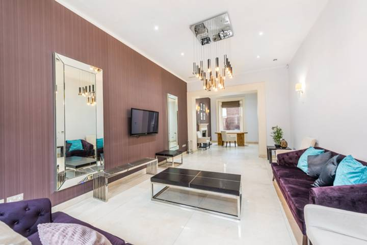 <b>Master Bedroom</b><span class='dims'> 21'9 x 18'7 (6.63 x 5.66m)</span>