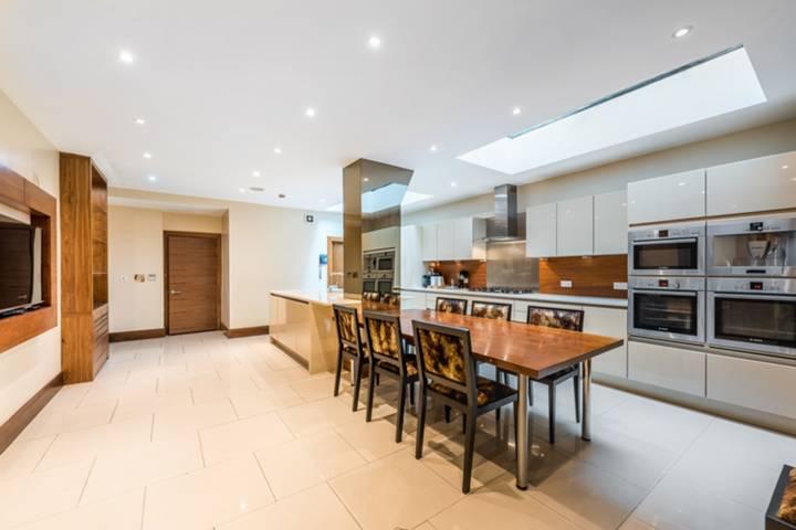 <b>Kitchen/Breakfast Room</b><span class='dims'> 27'10 x 18'3 (8.48 x 5.56m)</span>