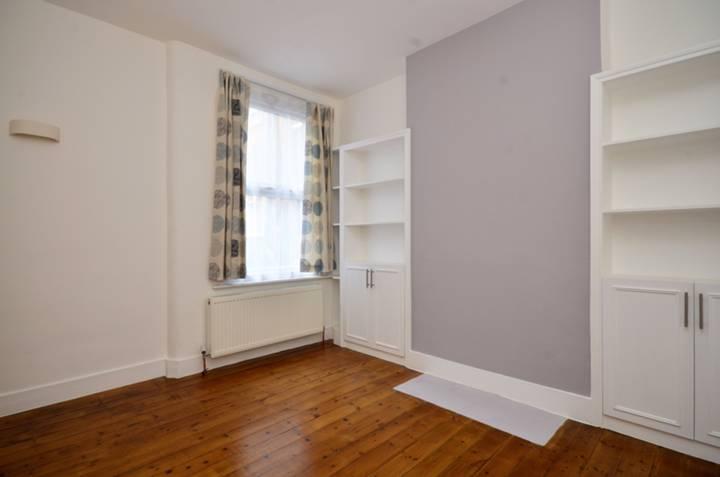 <b>Main Bedroom</b><span class='dims'> 13' x 11'6 (3.96 x 3.51m)</span>