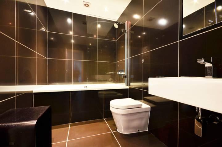 <b>Bathroom</b><span class='dims'> 8'1 x 5'5 (2.46 x 1.65m)</span>