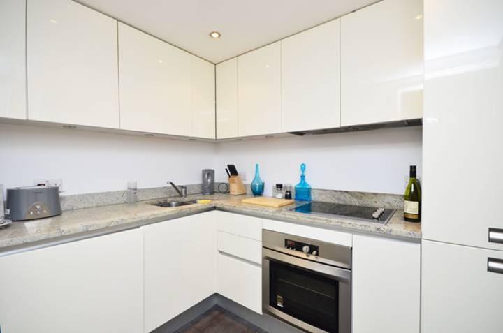 <b>Kitchen</b><span class='dims'> 8'6 x 6'8 (2.59 x 2.03m)</span>