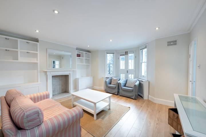 <b>Reception Room</b><span class='dims'> 15'3 x 15' (4.65 x 4.57m)</span>
