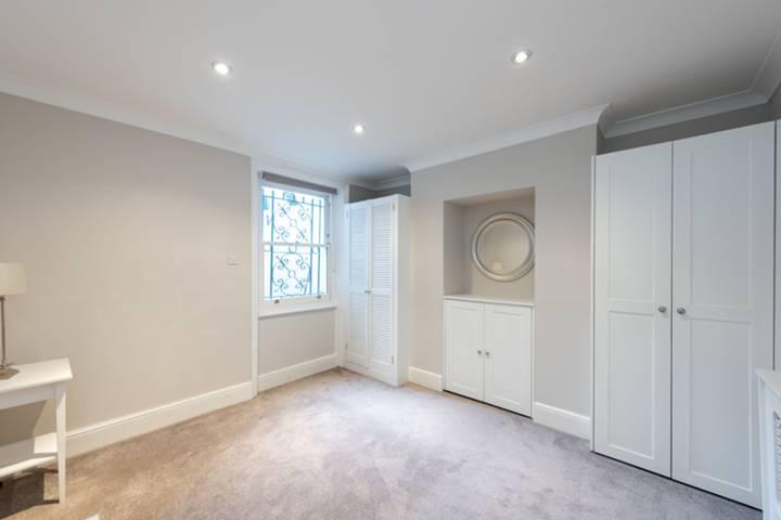 <b>Second Bedroom</b><span class='dims'> 14'6 x 13'9 (4.42 x 4.19m)</span>