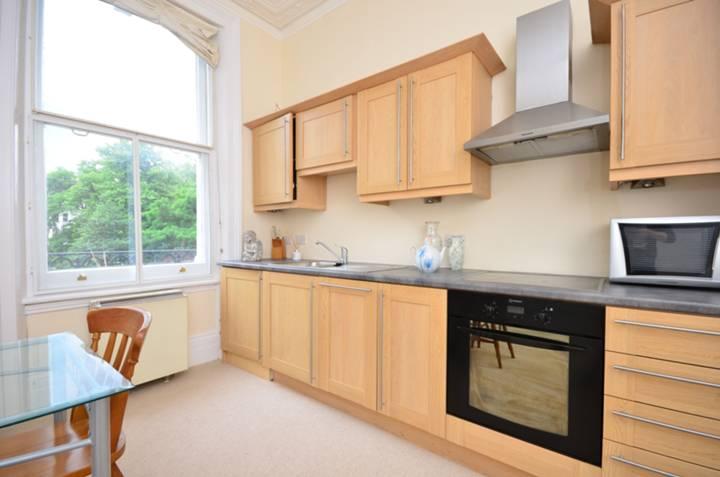<b>Reception Room/Kitchen</b><span class='dims'> 17'11 x 13' (5.46 x 3.96m)</span>
