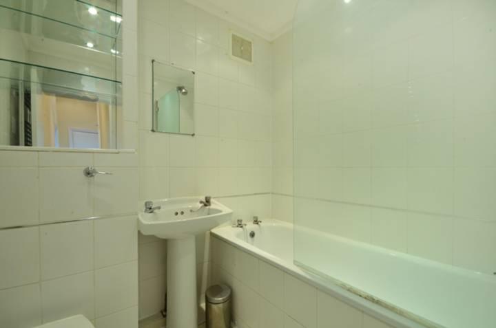 <b>Bathroom</b><span class='dims'> 6'5 x 5'6 (1.96 x 1.68m)</span>