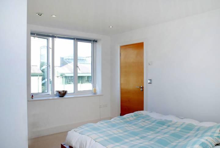 <b>Master Bedroom</b><span class='dims'> 12'6 x 10'6 (3.81 x 3.20m)</span>