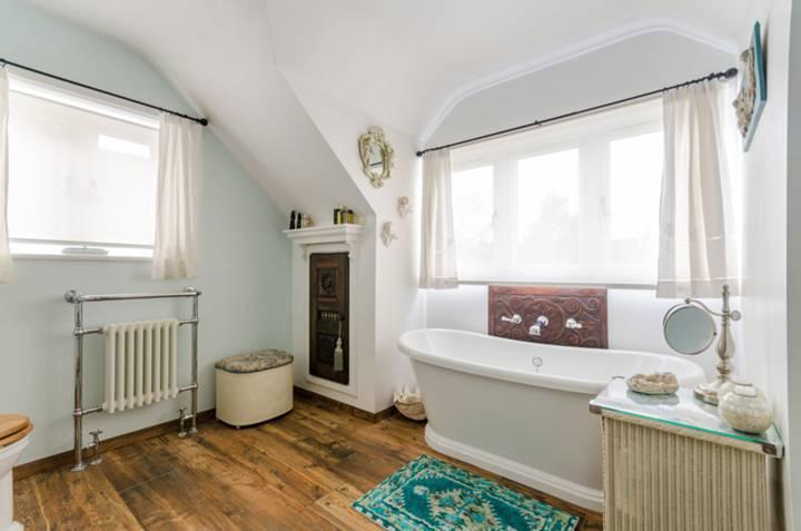 Bathroom in KT3