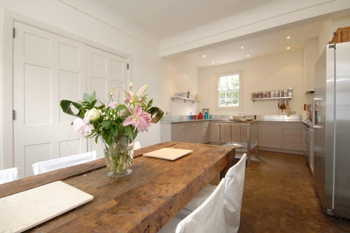<b>Kitchen/Dining Room</b><span class='dims'></span>