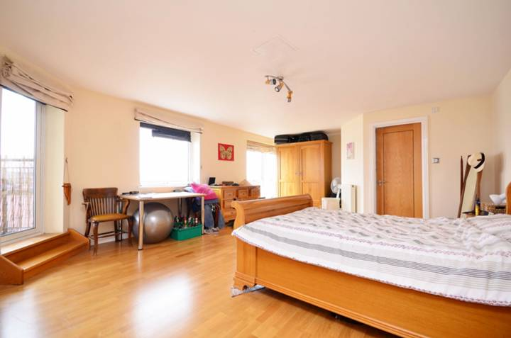 <b>Main Bedroom</b><span class='dims'> 21'11 x 15'7 (6.68 x 4.75m)</span>
