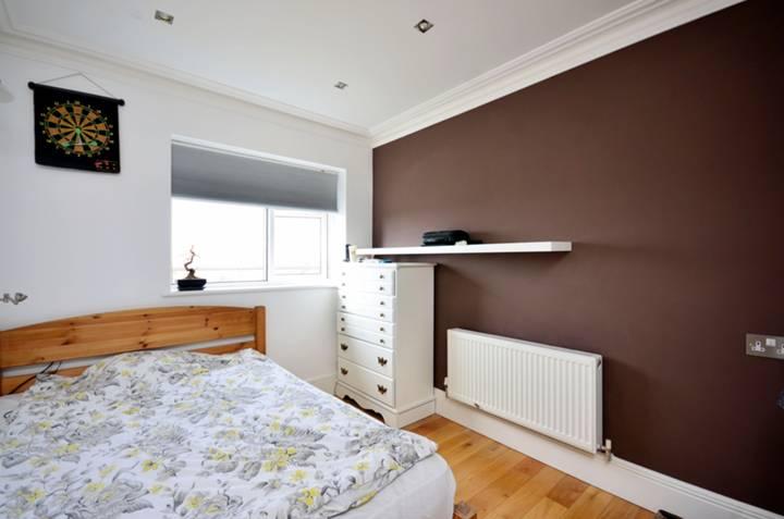 <b>Second Bedroom</b><span class='dims'> 10 x 8'6 (3.05 x 2.59m)</span>