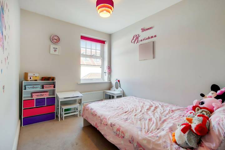 <b>Fifth Bedroom</b><span class='dims'></span>