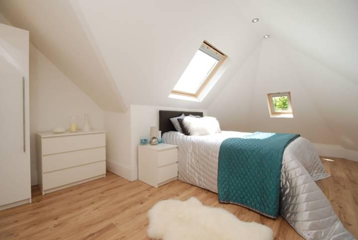 <b>Main Bedroom</b><span class='dims'> 18 x 12'6 (5.49 x 3.81m)</span>