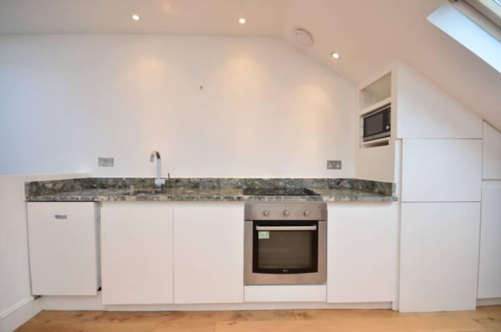 <b>Reception Room/Kitchen</b><span class='dims'> 17'9 x 16'6 (5.41 x 5.03m)</span>