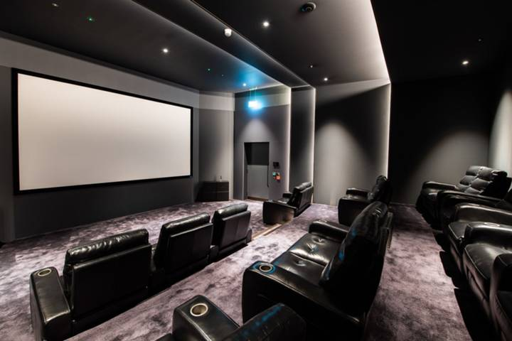 <b>Cinema Room</b><span class='dims'></span>
