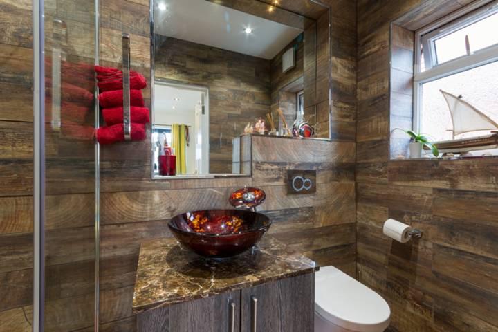 <b>En Suite Bathroom</b><span class='dims'></span>