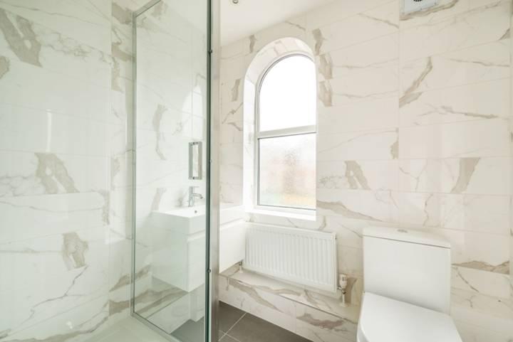 <b>Bathroom</b><span class='dims'> 6'3 x 5'10 (1.91 x 1.78m)</span>