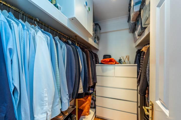 <b>Walk-in Wardrobe</b><span class='dims'></span>