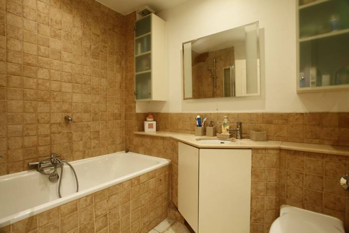 <b>Bathroom</b><span class='dims'> 7'3 x 6'7 (2.21 x 2.01m)</span>